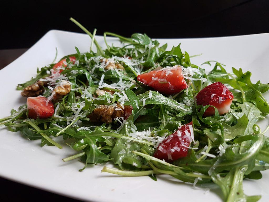 Ausgefallene Sommersalate mit frischen Erdbeeren, Rucola und Parmesan