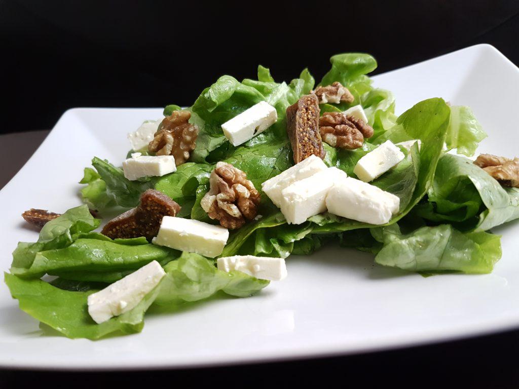 Ausgefallene Sommersalate mit Ziegenkäse, Feigen und Walnüssen